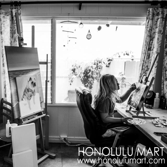 ノースショアのビーチハウスで絵を描くステファニー・ボイナイの写真