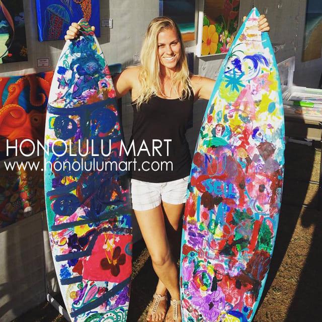 ハワイのステファニー・ボイナイのサーフボードペインティングの写真