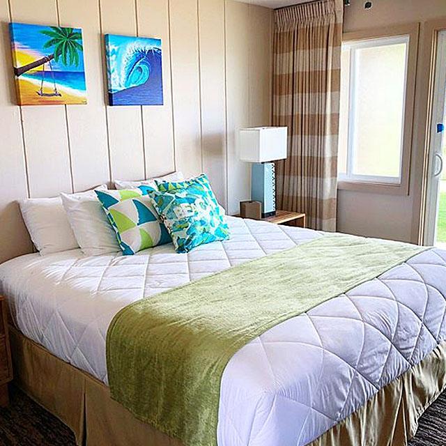 寝室に飾られているハワイの絵の写真
