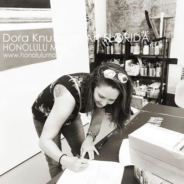 ギャラリーでサインするドーラ・クヌーテサン(Dora Knueson)の写真4