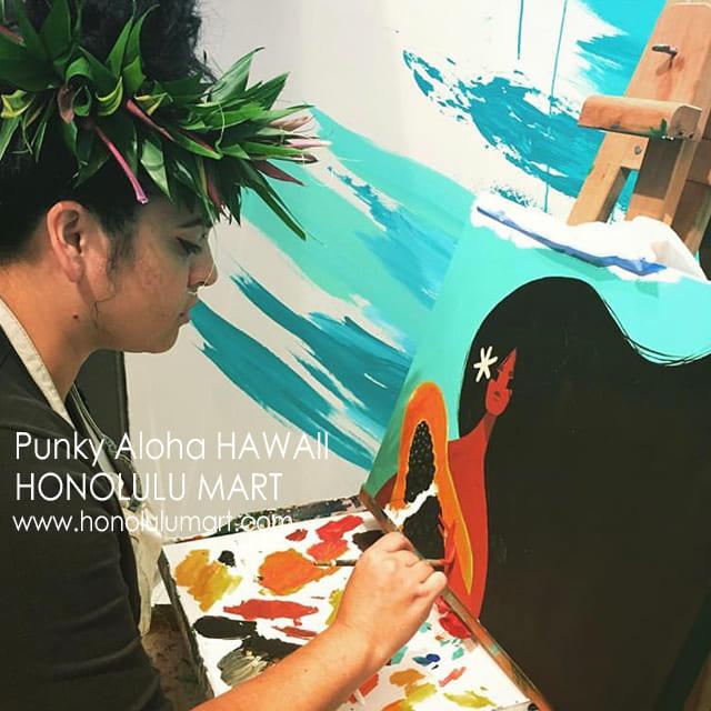 花冠をかぶって絵を描くハワイのPunky Alohaの写真