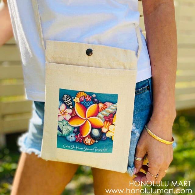 プルメリアとシェルの絵柄のハワイアン・サコッシュ