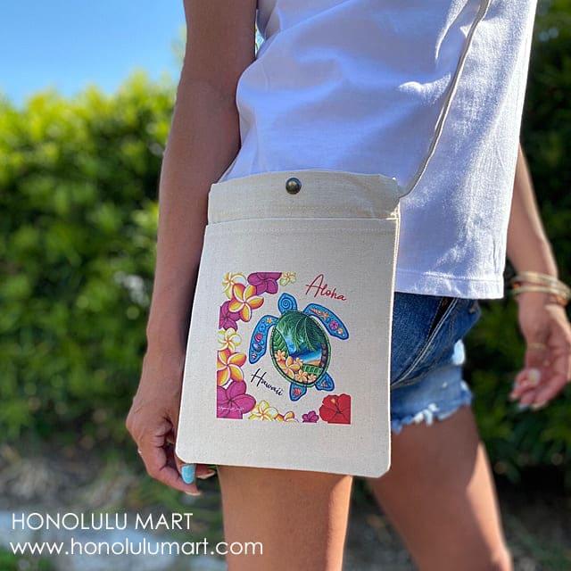 ホヌとプルメリアの絵柄のハワイアン・サコッシュ