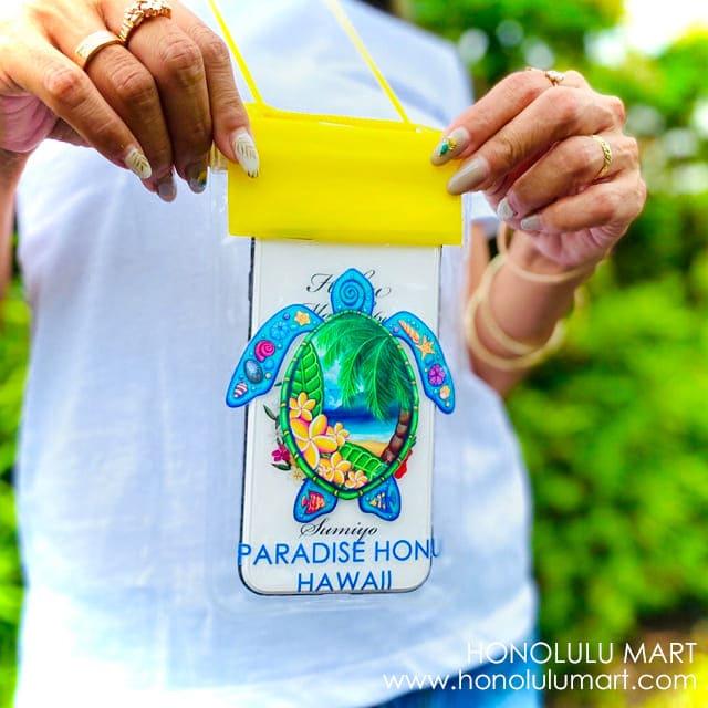 ホヌの絵柄のハワイアン・スマホ防水ケース