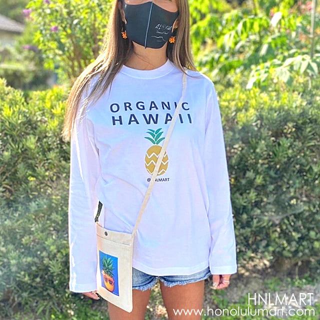 黒マスクコーデの写真(パイナップル柄の長袖Tシャツとサコッシュ)